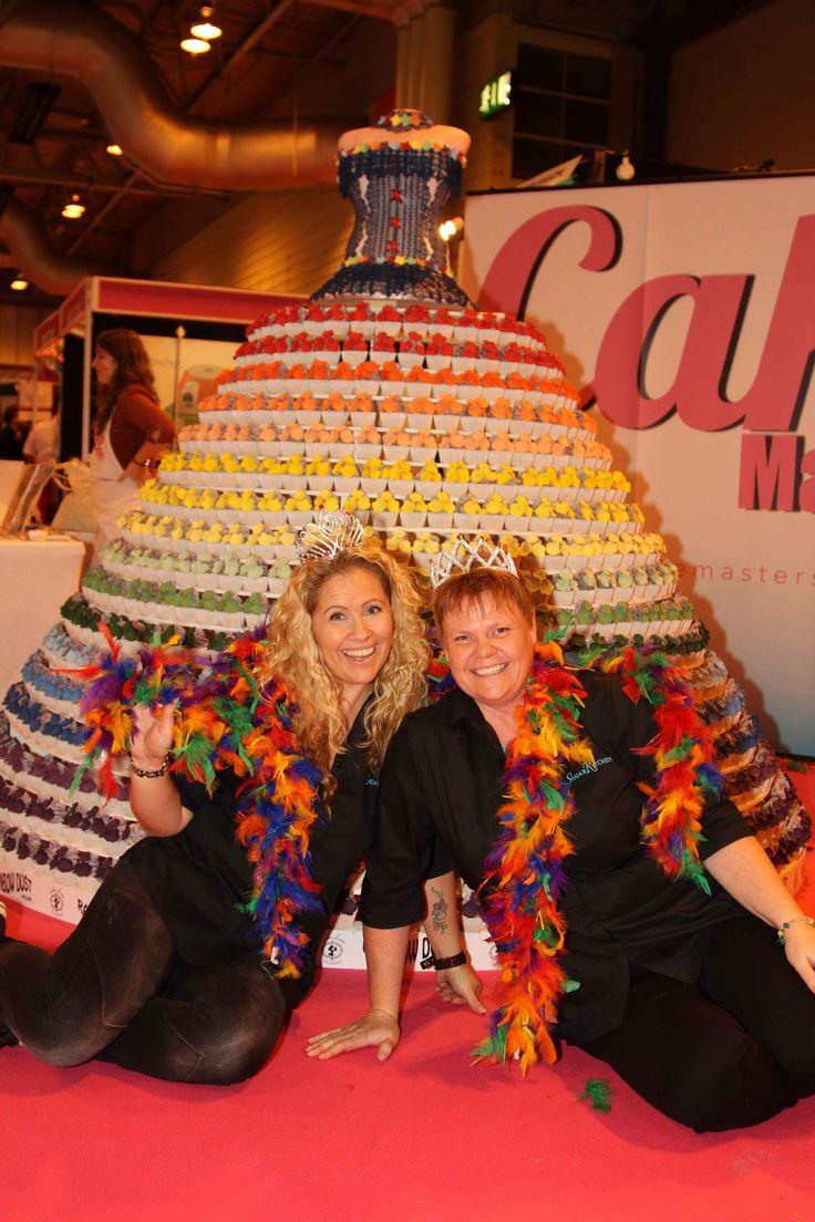 Japp. Vi har kul på jobbet! Då vi grundade SugarKitchen var en av Annettes (den blonda långhåriga) och mina (Ina, den rödhåriga) hörnstenar är att ha roligt undertiden vi arbetar. Inga problem, då vi tycker att detta med SugarKitchen är jätteroligt att hålla på med. Vi gör allt vi kan för att sprida denna glädjen även till våra team.   // Ina och Annette