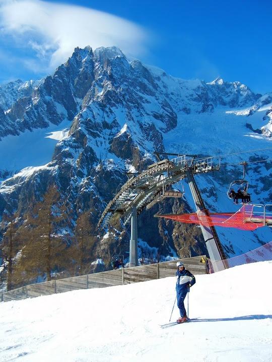 Andrei sciare nelle montagne di Monte Bianco. Lo sci e` la cosa principale fare a Courmayeur. Monte Bianco e` la più alta località sciistica delle e anche ha una belle vista. Si deve affittare lo sci, il casco, e occhiali di protezione. Vorrei indossare i vestiti caldi e i guanti.