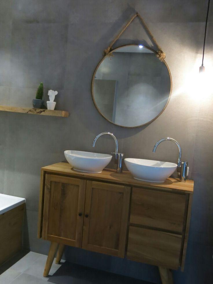 Hammam badkamer met betonlook tegels en hout. Ronde spiegel en dressoir als wastafel meubel. bijna klaar! :)