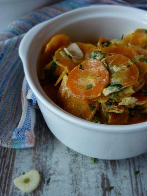 Морковь с петрушкой. Рецепт из книги Реймонда Блана Гениальный повар, я его обожаю. И вот один из его рецептов, скорее всего это гарнир, но по моему это и закуска и теплый салат. Совершенно роскошное на вкус и удивительно простое в приготовлении блюдо. Я не знаю как вам объяснить ту метаморфозу вкусов, которая происходит с морковью в этом блюде, черт возьми -это волшебство. Пробуйте... #foodfoto, #зож, #палео, правильное питание, #диета, ем и #худею, #здоровое вкусно.
