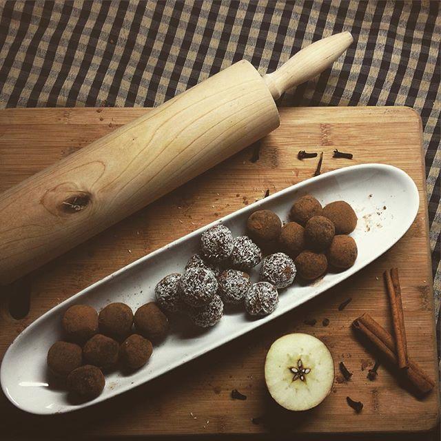 Nejlepší mlsací, vánoční a hlavně zdravé cukrovíčko!:) jednoduché jak nic! Datlovo kakaové kuličky obalené v kakau se skořicí a v kokosu. Stačila sekunda a všechny zmizely. Rodina jedna žravá! ❤️
