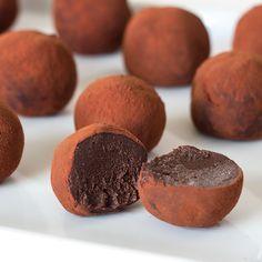 POSTRE VEGANO   Aprende a hacer trufas veganas de chocolate con tan solo 4 ingredientes. Un postre refinado y delicioso para ocasiones especiales.