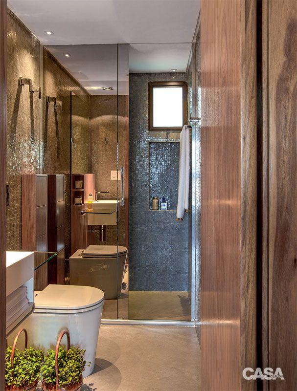 Banheiro social, também usado como lavabo – a porta de vidro espelhado (L'Vitrier) permite esconder o boxe.