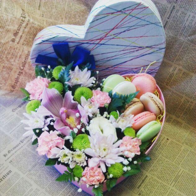 Коробочка в форме сердца с цветами и печеньем