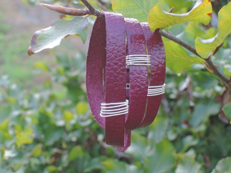 Bordový+páskový+kožený+náramek+s+drátky+Bordový+páskový+kožený+náramek+s+drátěnou+aplikací+Popis+Náramek+je+vytvořen+zpřírodní+kůže,+která+je+barvená+na+bordó+a+přelakovaná,+aby+odpuzovala+vodu.+Kožený+náramek+se+se+třikrát+obtočí+kolem+ruky.+Ozdoby+tvoří+drátěné+aplikace.+Náramek+se+zapíná+na+stříbrnou+přezku.+Rozměry+Šířka+pásku+je+10+mm....