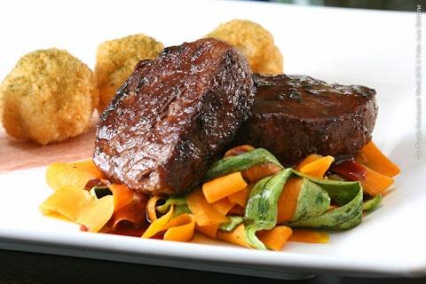 GastroArte (almoço)    Medalhão de filé mignon com redução de vinho tinto acompanhado de Taglietelle de legumes e Arancinis (bolinhos de risoto)