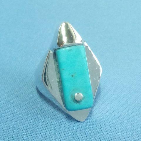 Bague turquoise en argent massif. De style Maya, la pierre de turquoise est sertie à une extrémité et fixée par un clou d'argent à l'autre.
