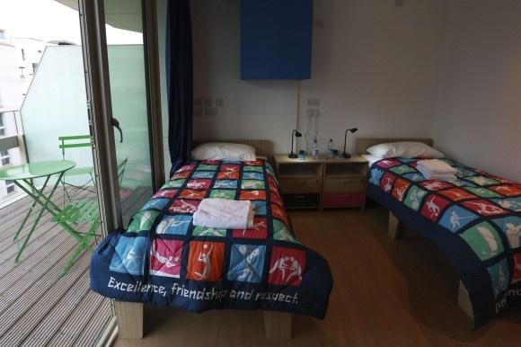 Insgesamt 2.818 derartiger Appartments finden sich im Olympischen Dorf mit 11.000 Sofas und 16.000 Betten.
