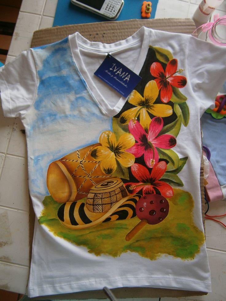 Camiseta silueta ajustada. 100 % pintada a mano.