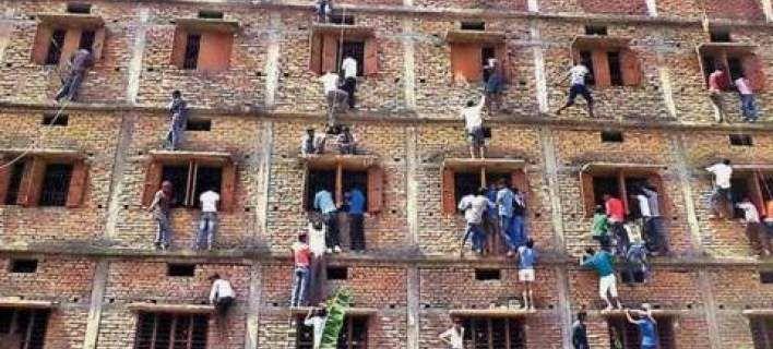 Η.W.N.: Γονείς στην Ινδία σκαρφαλώνουν στα παράθυρα του σχ...