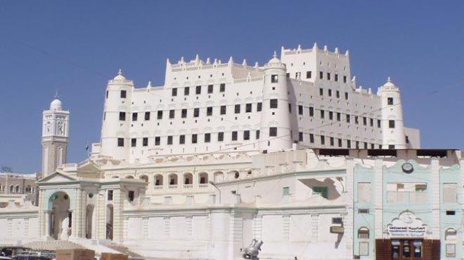 قصر سيئون أكبر أبنية اليمن الطينية يواجه خطر الانهيار يواجه قصر سيئون في اليمن وهو من أكبر تحقيق تقرير تراث Leaning Tower Of Pisa Tower Leaning Tower