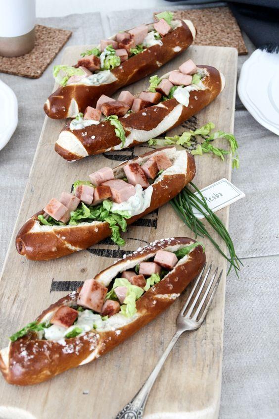 Oktoberfest Fingerfoos Hotdogs mit Leberkäse, tolles und einfaches Partyfood für jede Gelegenheit und ganz besonders für eine Oktoberfest-Party
