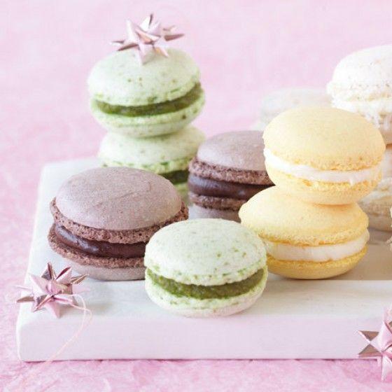Gefüllt halten sich die Macarons nur 1-2 Tage. Sie können sie aber problemlos einfrieren. Dazu zwischen Pergamentpapierlagen in Gefrierdosen schichten.