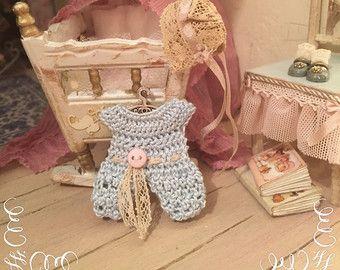 1/12 Vestido de bebé azul, sombrero y suspensión - muñecas miniatura casa - hecho a mano - shabby chic estilo