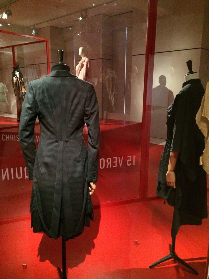ModeMuseum Antwerpen - MOMU NU. Hedendaagse Mode uit de MoMu collectie 25.09.2014 > 04.01.2015 Veronique Branquinho