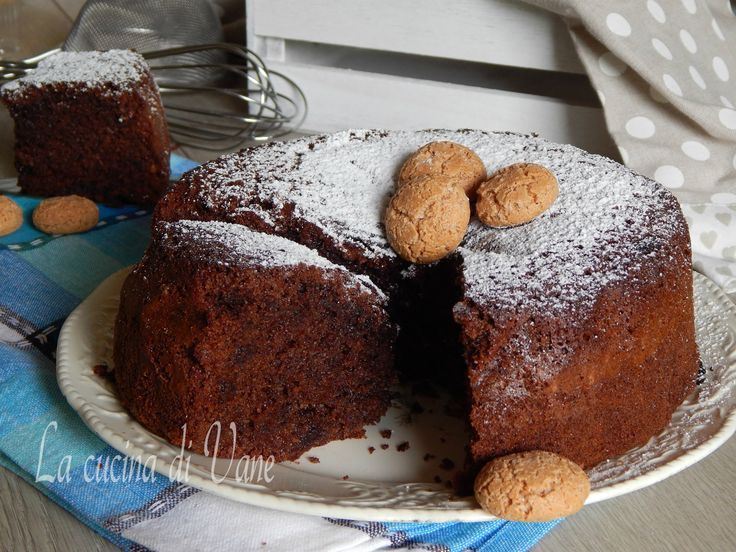 Torta di amaretti e cioccolato senza burro, soffice, umida,profumata, si scioglie in bocca. Buonissima anche come base per torte farcite, facile da fare