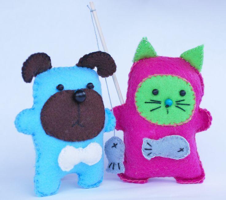Felties. A dog and a cat. Katt och hund sydda i filttyg.