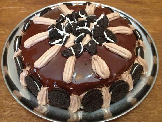 Τούρτα σοκολατίνα με κρέμα σοκολάτας και γλάσο.