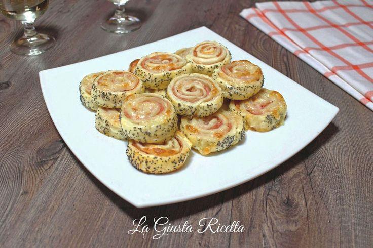 Girelle di sfoglia con prosciutto e formaggio - La Giusta Ricetta - Ricette semplici di cucinaLa Giusta Ricetta – Ricette semplici di cucina