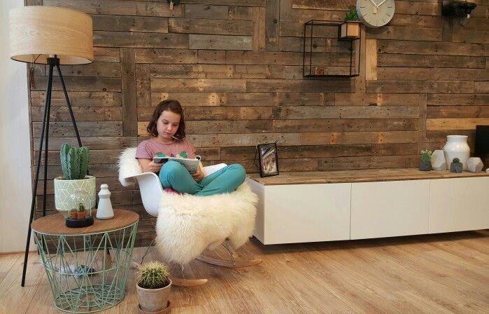 Heerlijk genieten van een goed boek! Bij Wortelwoods wonen maken we maatwerk meubelen, zoals deze sloophouten wand en hangkast. Daarnaast verkopen we moderne scandinavische  meubelen en accessoires. Kijk op www.wortelwoods.nl voor meer inspiratie en informatie.