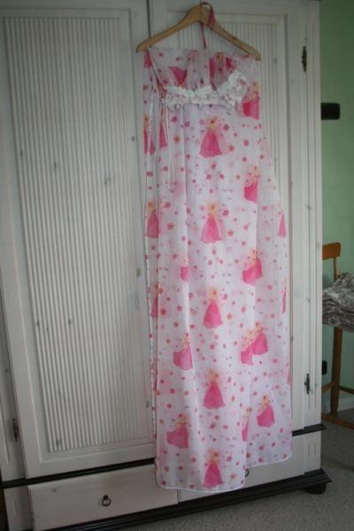 Ich verkaufe einen wunderschönen Bettvorhang / Gardine für kleine Prinzessinnen.Abmessungen: 175 cm hoch und 360 cm breit.Er ist oben mit Kräuselband gerafft,