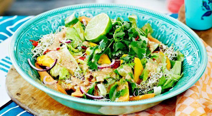 Karibisk papayasallad med chili, lime och jordnötsdressing