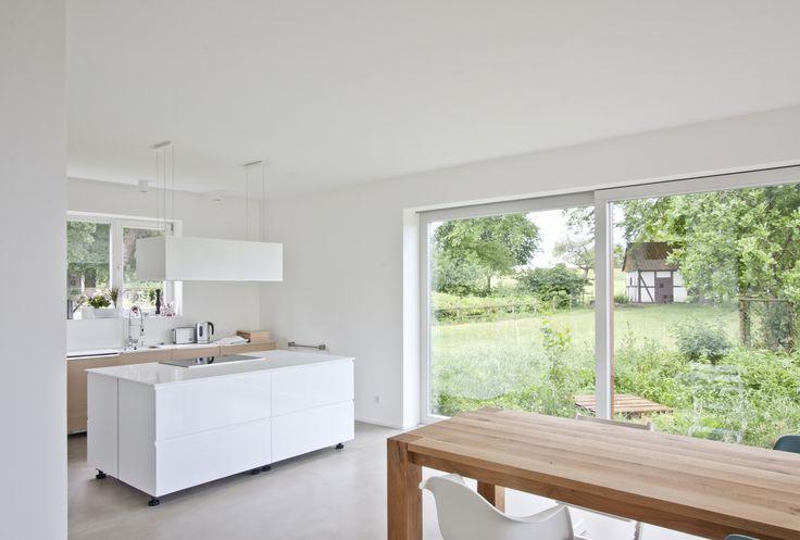 Nominierung: Am Klosterhof, AHAD Architekten, Wohnküche: Fenster zur Schafweide mit dem Hühnerhaus, © Ahad