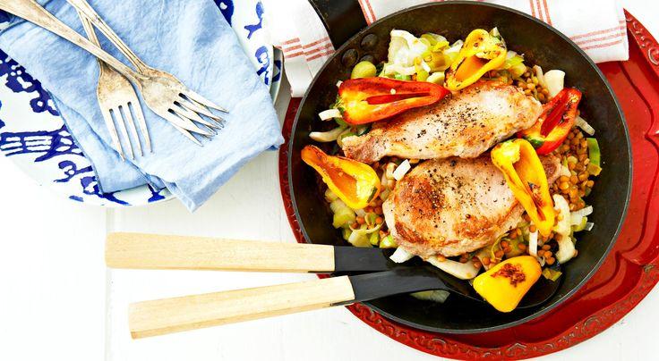 Recept på kotletter med linser, fänkål och citron. Kotletter och paprika kan också grillas på utegrill.