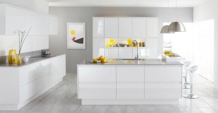 les cuisines blanches avec un sol en planchers gris et meubles blancs