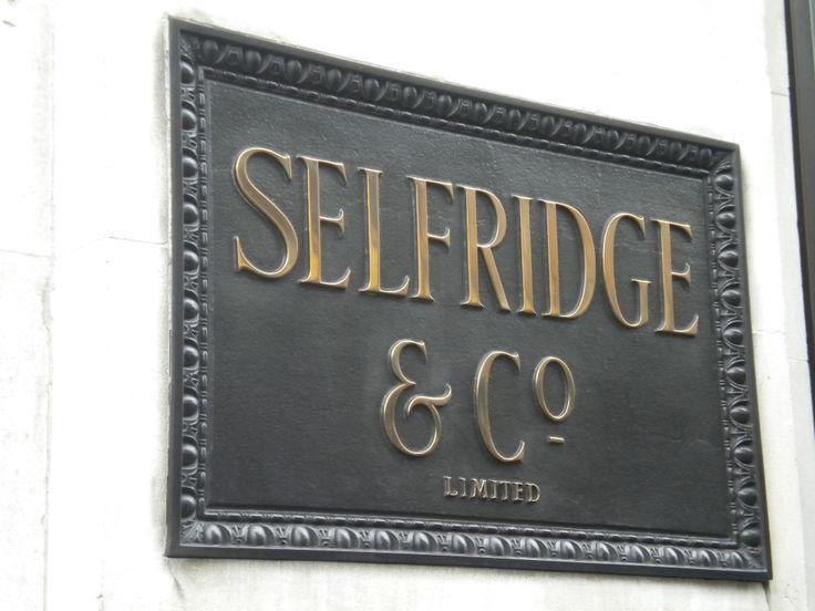 Selfridges en Londres, 400 Oxford Street  Si eres una enamorada del calzado, tu parada en Londres es Selfridges, es uno de los centros comerciales más modernos de Londres donde podrás encontrar una selección de las mejores marcas en calzado.