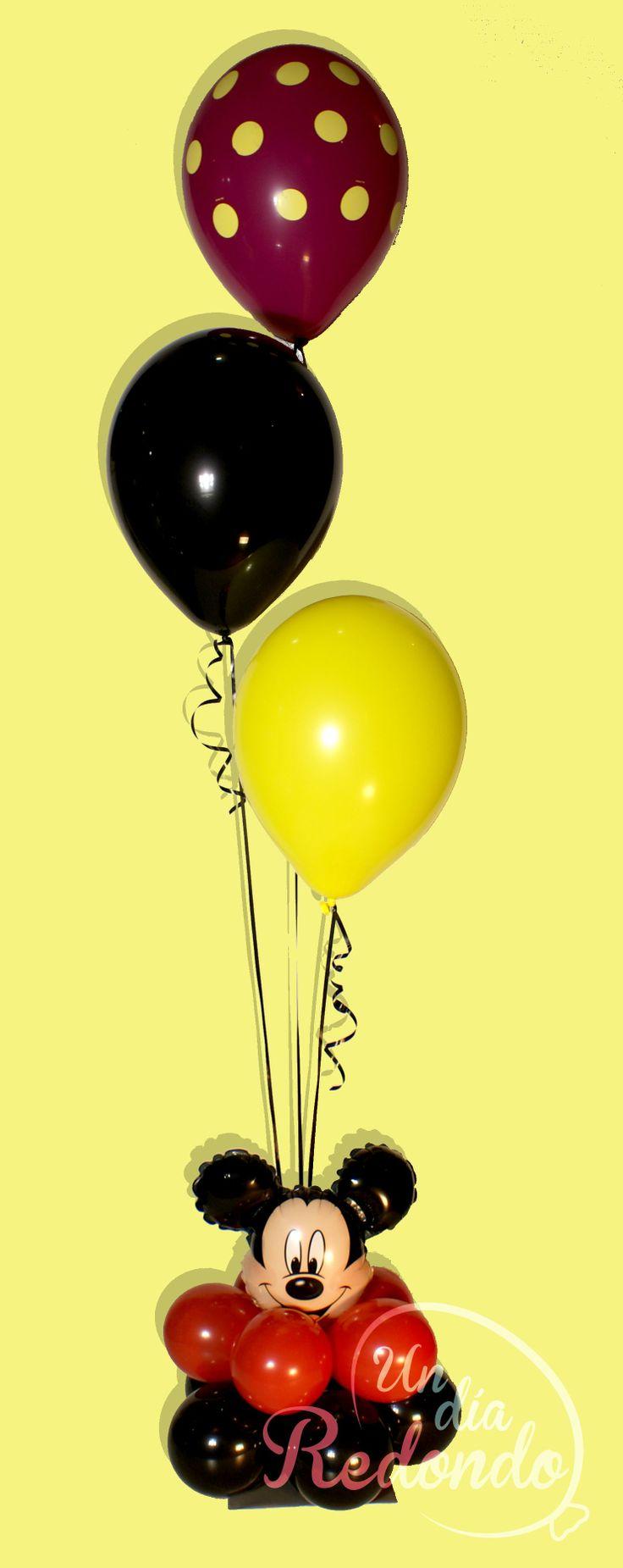 Centro de mesa de Mikey Mouse realizado con globos.