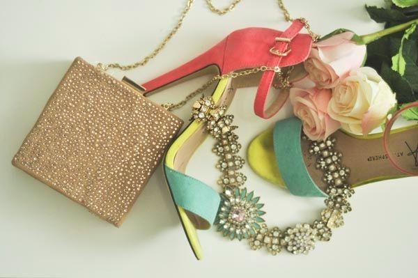 Kunci untuk busana pesta apa saja: sepatu bertumit tinggi, statement jewellery dan clutch nan menawan