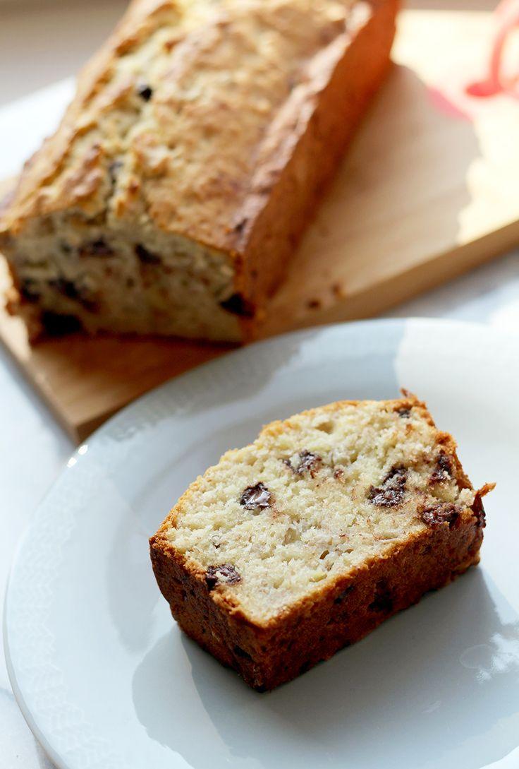 Altijd lekker: bananenbrood, of eigenlijk bananencake. Het allerlekkerst met hele rijpe bananen! De textuur van deze cake zit tussen droog en crunchy ensmeuïg. Oh, mogen we nog een plakje? Verwarm de oven voor op 180 graden en vet een cakevorm in. Doe de bloem, bakpoeder en zout bij elkaar. Even mengen.Mix de zachte boter met …