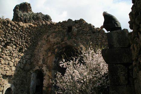 Ermeni kilisesi-Tunceli ili Pertek ilçesi Til Köyü'nde bulunan bu kilisenin kitabesi günümüze gelemediğinden yapım tarihi bilinmemektedir. Yapı üslubundan XVIII. yüzyılın sonlarında yapıldığı sanılmaktadır.   Kesme taştan dikdörtgen planlı olan kilise üç neflidir. Apsid yarım daire şeklinde dışarıya çıkıntılı olup, iki yanında hücreler bulunmaktadır.