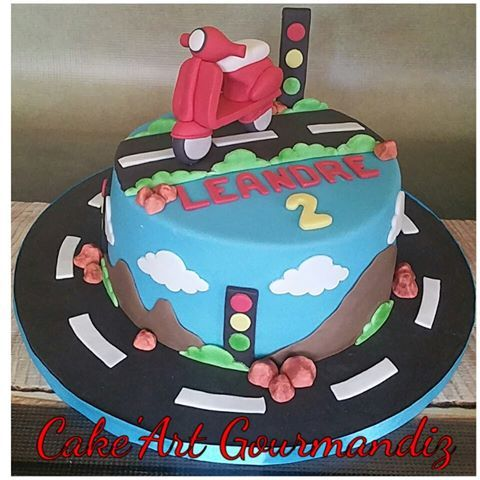 Gâteau d'anniversaire thème vespa moto   #cakedesign #cakeartgourmandiz #vespacake #vespa #motocake #moto #montagnes #sugarpaste #pateasucre #fondant