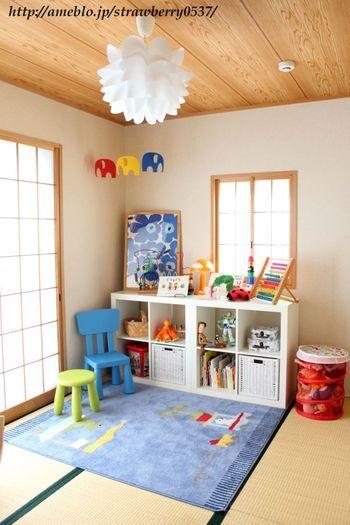 IKEAやマリメッコのアイテムでまとめたキッズスペース。カラフルなのに統一感がありますね♪