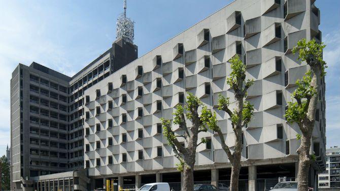 """Het voormalige Belgacom-gebouw in Gent, officieel AC Portus maar officieus vooral bekend als """"het lelijkste gebouw van Gent"""", zal via een architectuurwedstrijd een """"make-over"""" krijgen."""