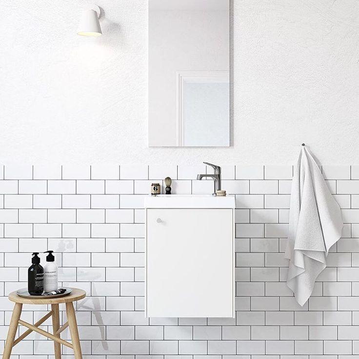 | BADRUM | Små badrum kräver också snygg design! Ett litet badrum kräver en liten badrumsmöbel, och det är precis vad badrumsinredningen Compact ger. På bilden er ni badrumsmöbeln i vitt och i bredd 400 mm. | Ballingslöv #badrum #baderom #compact