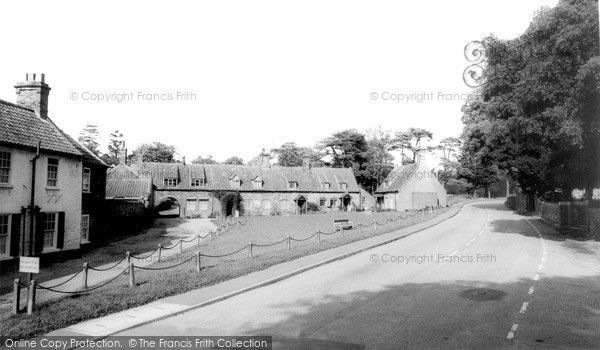 heacham-the-village-green-c1965_h57103.jpg 600×350 pixels