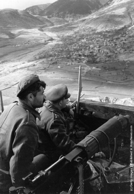 Monarchist soldiers armed with a machine gun guarding a mountain garrison at Karpenisi during the Greek Civil War. (Photo by Bert Hardy/Getty Images). 1948