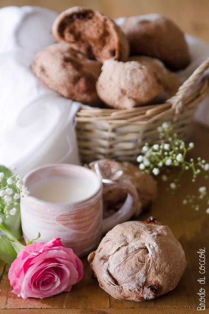Questo pane al cacao con uvetta, noci e cioccolato è goloso e sfizioso. È perfetto per la colazione o la merenda o per accompagnare formaggi e affettati.