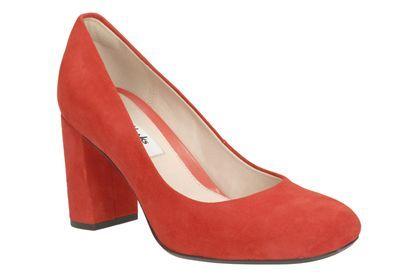 OTOÑO-INVIERNO. Gabriel Mist, zapatos de tacón para mujer fabricados en ante rojo granadina de primera calidad. Un diseño elegante de punta cuadrada y tacón de 9 cm perfecto para el trabajo y ocasiones especiales.