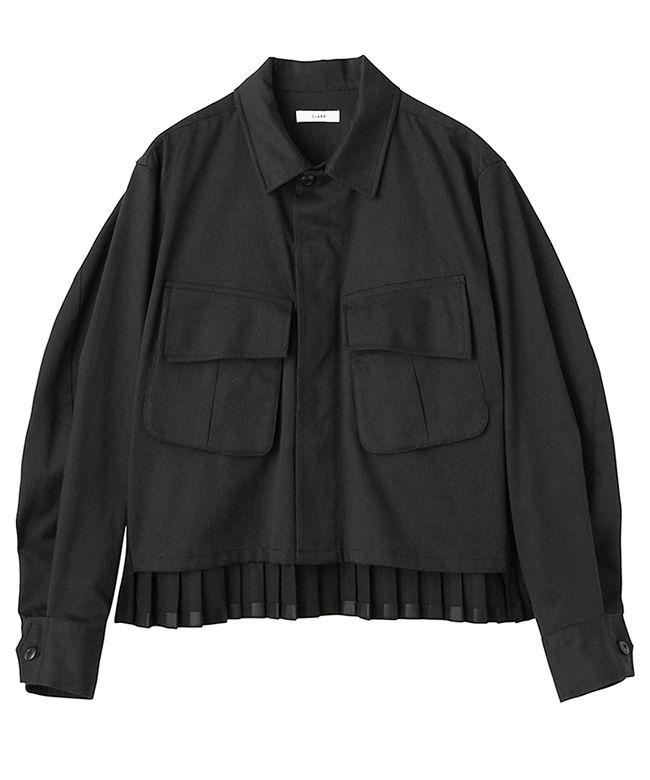 ミリタリーデザインにバックプリーツデザインを施したCLANEらしいミリタリーシャツ。コットンの本体に異素材のプリーツを施すことでバックスタイルが華やかな印象に。大きな胸ポケットがアクセントとなりデザイン性の高いアイテムです。ショート丈なのでスカートにもパンツにも合わせやすくワンピースの上からも羽織って頂けます。肌寒い日は軽いアウター代わりに着用することのできるので様々なコーディネートをお楽しみ頂けます。