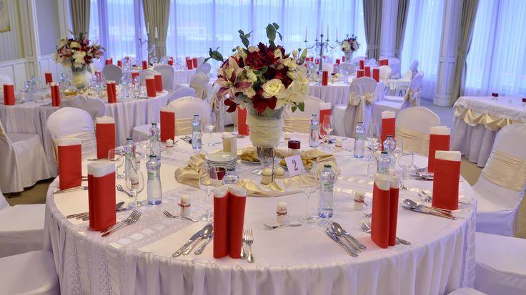 Výstredná červená je vhodná pre extravagantné, ale aj pre jemné romantické nevesty. Detaily hrajú hlavnú rolu.