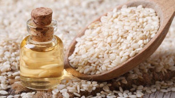 L'olio di sesamo è ricco di ferro, calcio e vitamine. Regola la pressione e purifica il fegato. Ecco le sue proprietà sulla salute e sulla bellezza.