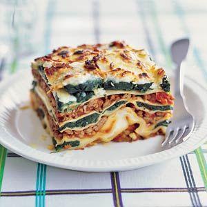 Romige spinazielasagne: Lasagnebladen, rundergehakt, spinazie (diepvries), mascarpone, tomatenblokjes (blik), geraspte Pecorino kaas, ui, knoflookteen, olijfolie, oregano.  4 personen | Bereiden: 30 minuten | Wachten: 30 minuten | Italiaans