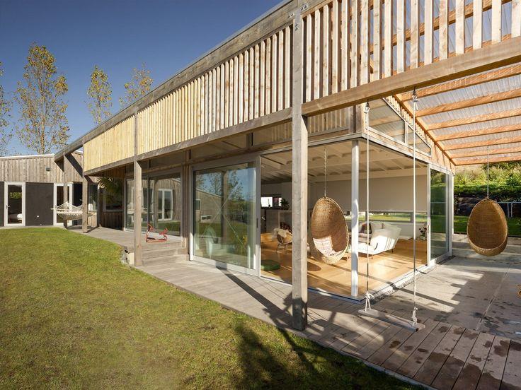 Novozélandští architekti Dominic Glamuzina a Aaron Paterson postavili v kopcích nad zálivem dřevostavbu pro přítele. Teplo domova vykouzlili...