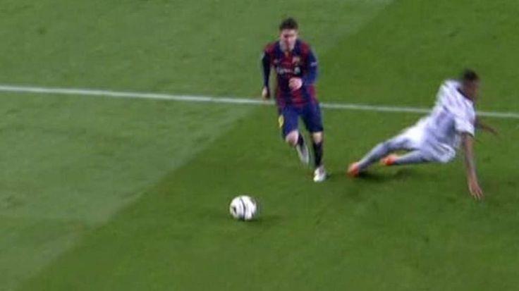 FC Bayern gegen Barca: Nach Umfaller bei Messi-Tor: So lacht das Netz über Boateng http://www.bild.de/sport/fussball/jerome-boateng/so-macht-sich-das-netz-ueber-ihn-lustig-40851490.bild.html