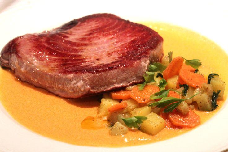 Lomo+de+atún+a+la+plancha+con+verduras