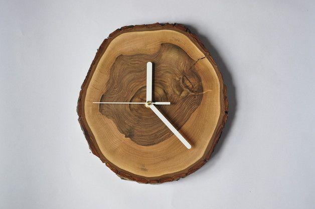 - orientacyjne wymiary: śr. 24-26cm, gr. 2,5cm, - materiał: plaster orzecha włoskiego - otwór do zawieszenia zegara na ścianie, - mechanizm zegara: wysokiej jakości, cichy sekundnik, -...